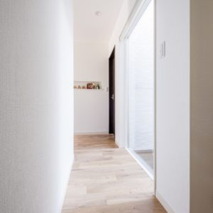 開放的で快適なシンプルモダンな平屋(廊下)