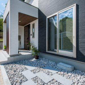 開放的で快適なシンプルモダンな平屋(玄関アプローチ)