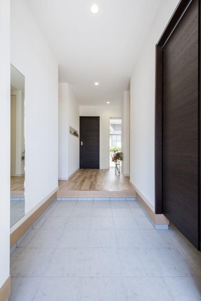 開放的で快適なシンプルモダンな平屋(玄関ホール)