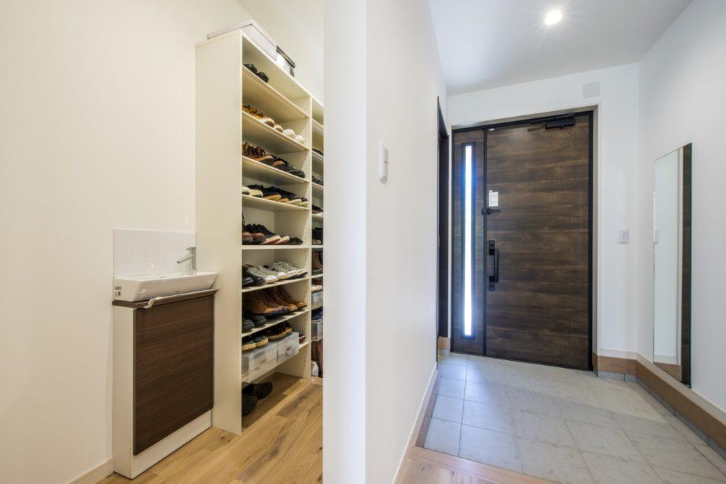 開放的で快適なシンプルモダンな平屋(シューズクローゼットと手洗い器)