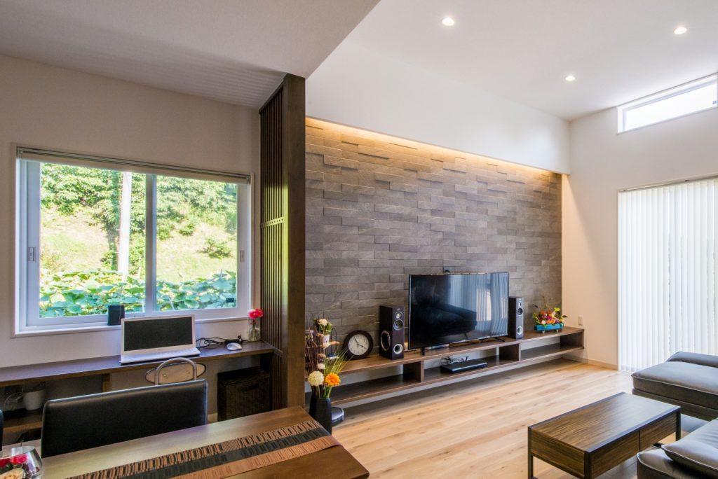 開放的で快適なシンプルモダンな平屋(造作TVボードとPCデスク)