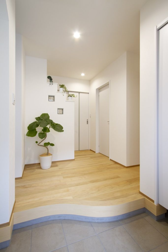 素足で過ごす床暖房のある家(玄関)