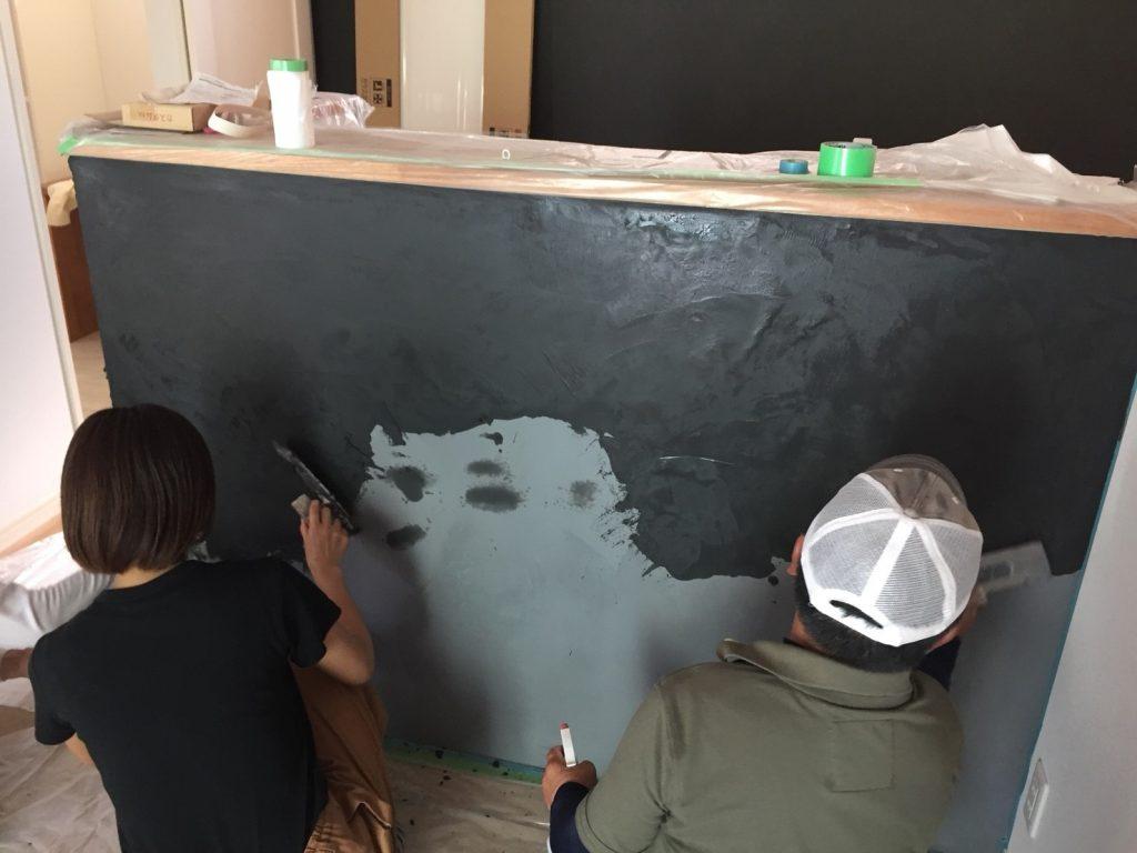 共同作業塗り壁工事施工中