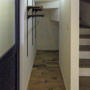 男前インテリアが映える家(階段下収納)