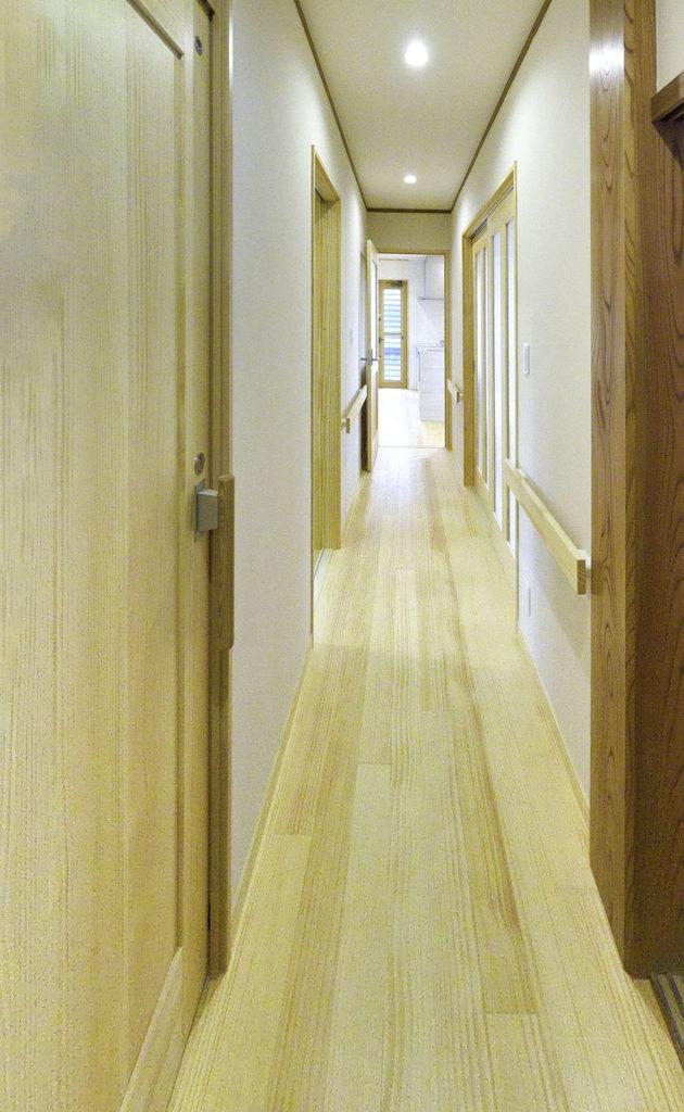 二世帯住宅にリフォーム(廊下に手すり)